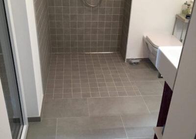 salle de douche à l'italienne et carrelage faience 10x10