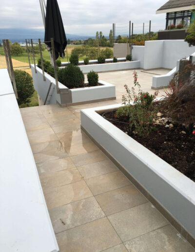 Aménagement extérieur terrasse et jacuzzi douche extérieur imitation bois et parquet